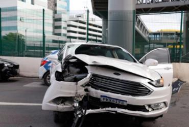 Carro colide com mureta e deixa uma pessoa ferida em Salvador | Uendel Galter | Ag. A TARDE