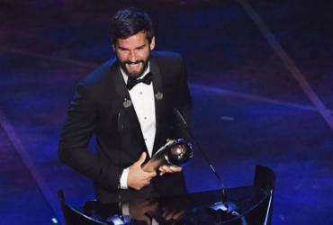 Alisson é eleito melhor goleiro do mundo e recebe prêmio das mãos de Marta |