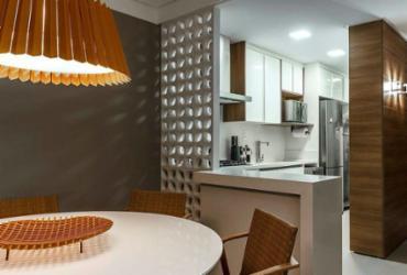 Integração de sala e cozinha cria sensação de espaços mais amplos | Fábio Peixoto | Divulgação