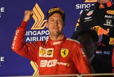 Vettel vence em Cingapura, encerra jejum na Fórmula 1 e Ferrari faz dobradinha | Roslan Rahman | AFP