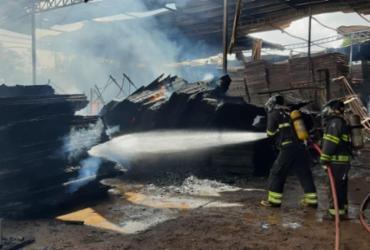 Incêndio atinge fábrica de toldos no Cia Sul em Simões Filho | Divulgação | CBMBA