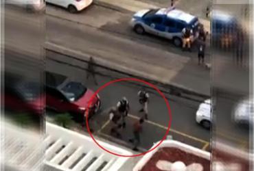 Abordagem a homem em surto acaba com agressão e tiros para cima no Stiep | Reprodução l Rede Bahia