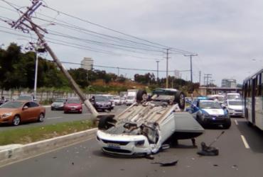 Carro colide em poste e capota na avenida Paralela | Joá Souza | Ag. A TARDE