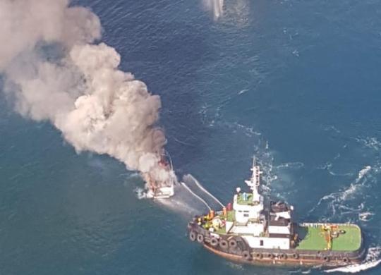 Lancha pega fogo na Baía de Todos-os-Santos | Pablo de Moraes | Cidadão Repórter