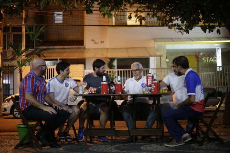 Torcedores compartilham paixão pelo time no bar Bargacinho, na Barra