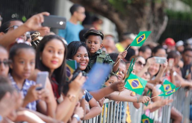 Público ocupou Av. Sete de Setembro para aguardar o desfile - Foto: Raul Spinassé | Ag. A TARDE