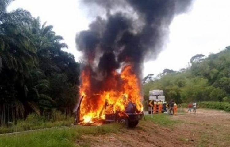 Após o acidente, um dos veículos pegou fogo e ficou completamente destruído - Foto: Reprodução | Se Liga Camaçari