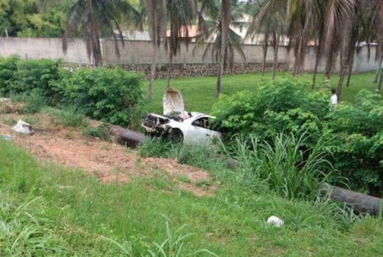 Segundo carro caiu em um pequeno barranco