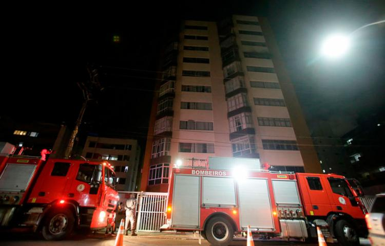 O Corpo de Bombeiros foi acionado e conseguiu debelar as chamas - Foto: Felipe Iruatã   Ag. A TARDE