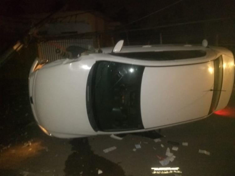 Motorista perdeu o controle do veículo que se chocou com poste e capotou - Foto: Reprodução | Simões Filho Online