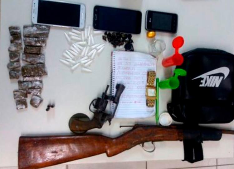 Adolescentes foram localizados com armas e drogas - Foto: Divulgação | PM-BA