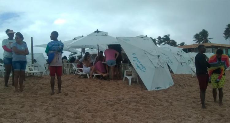 Um adolescente de 17 anos, que também estava no mar, foi resgatado por barraqueiros - Foto: Filipe Ribeiro | Ag. A TARDE