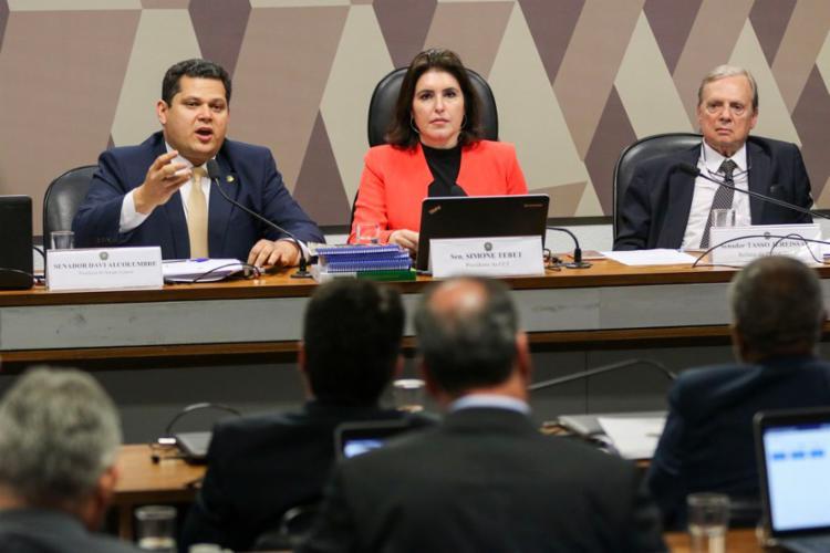 O presidente do Senado (à esq.) garantiu a manutenção do calendário, que prevê conclusão até 10 de outubro - Foto: Fabio Rodrigues Pozzebom l Agência Brasil