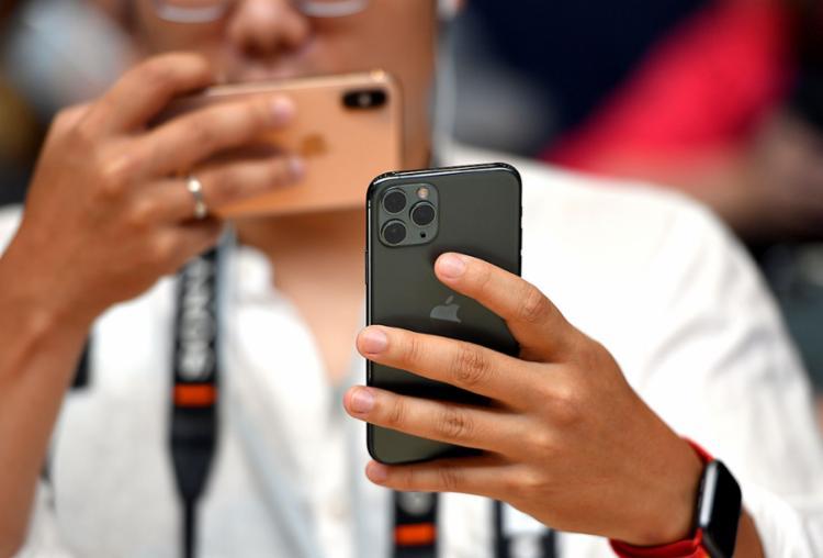 A Apple também destacou a duração maior da bateria, bem como mais resistência às quedas e à água - Foto: Josh Edelson | AFP