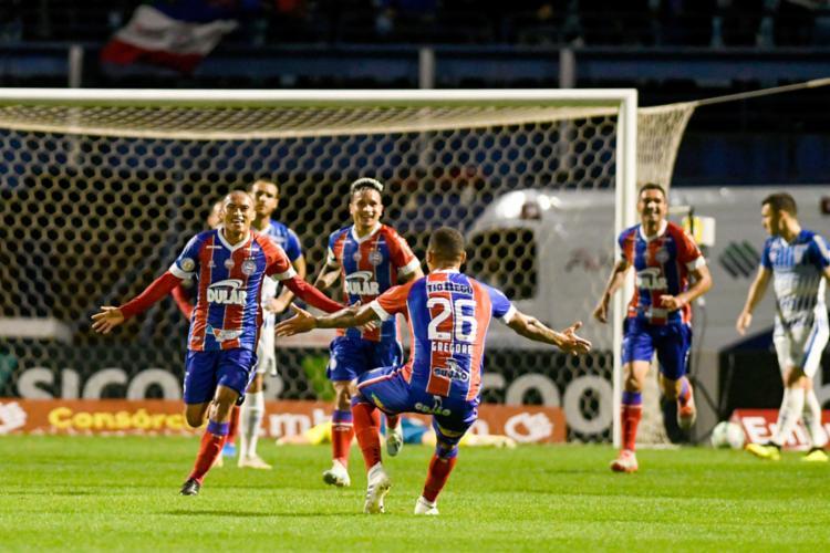 Nino, autor do segundo gol, comemora com Gregore - Foto: Roberto Zacarias l Mafalda Press l Estadão Conteúdo