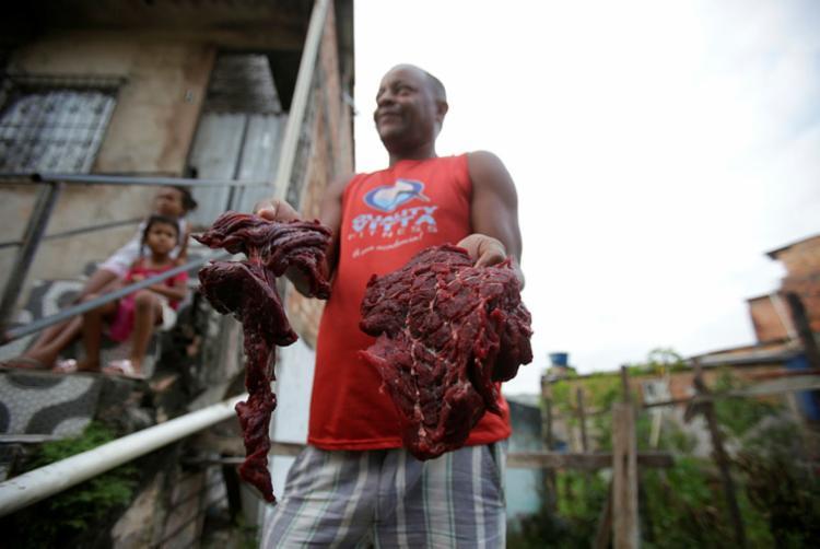Luiz, pescador, levou 40kg de carne e fez churrasco - Foto: Felipe Iruatã | Ag. A TARDE