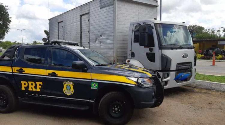 O motorista e o veículo foram apresentados na Delegacia de Polícia Civil local - Foto: Divulgação | PRF-BA