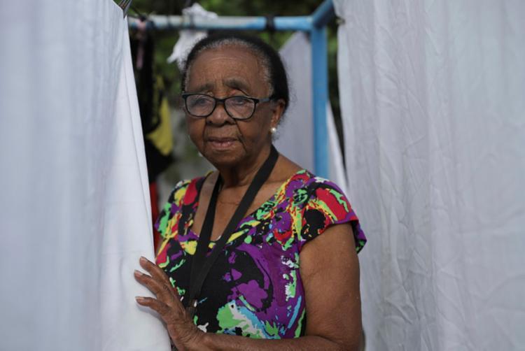 Dona Déa, 85, foi uma das primeiras lavadeiras da Lavanderia Santa Luzia - Foto: Uendel Galter | Ag. A TARDE