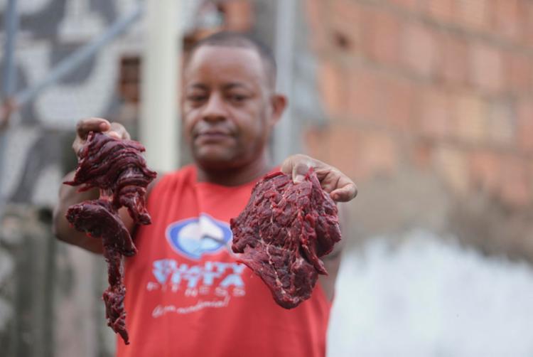 Pescador Luis Paulo afirma que carne vai alimentar família até sábado - Foto: Felipe Iruatã | Ag. A TARDE