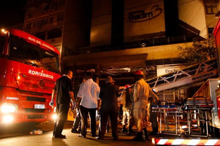 Peritos estiveram neste sábado no subsolo do prédio incendiado e recolheram peças do equipamento - Foto: Fernando Frazão | Agência Brasil