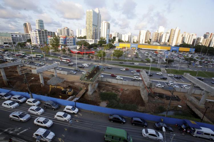 As mudanças têm como objetivo a construção dos elevados que abrigarão a estação do BRT, nas imediações do supermercado Walmart - Foto: Adilton Venegeroles l Ag. A TARDE