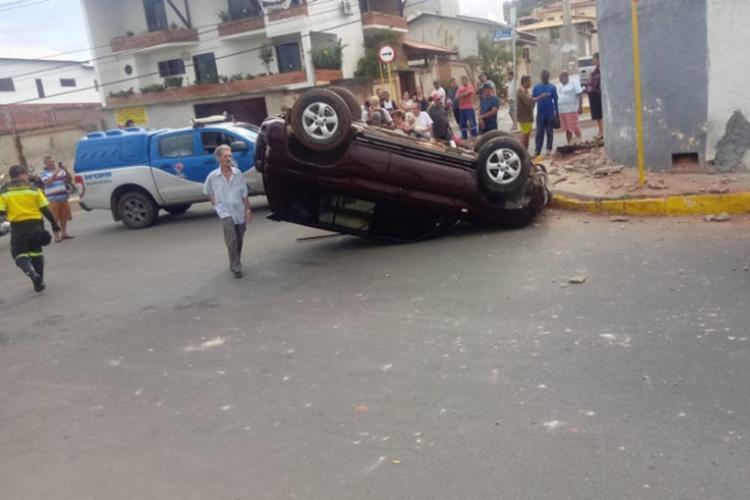 o acidente aconteceu após o homem colidir o veículo contra um muro - Foto: Reprodução | 97 News