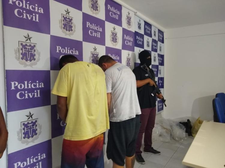 Vinicius, de amarelo, e Josenilto foram apresentados pela polícia nesta quinta
