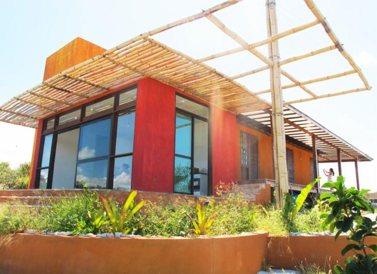 Mariana Noronha, da Eco Domi Containers, usou tintas feitas de terra e pergolato de bambu na casa de Sauipe que projetou com outras duas arquitetas - Foto: Eco Domi Containers   Divulgação