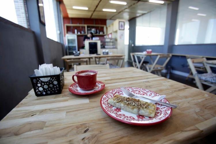Cafezinho coado, baralho e violão são cortesia no Mandah Gotsfritz Art & Café, aberto há três meses - Foto: Raphael Muller/ Ag. A TARDE