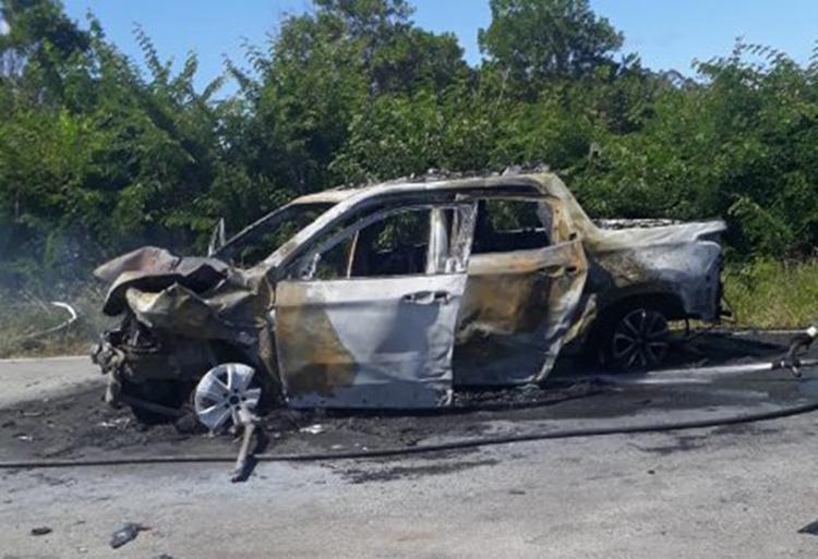 Com o impacto, dois carros pegaram fogo - Foto: Reprodução | Camaçari Notícias
