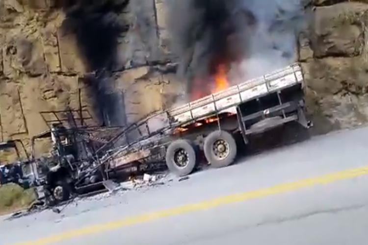 Com o impacto, um incêndio se formou e acabou destruindo o veículo - Foto: Reprodução | Brumado Urgente