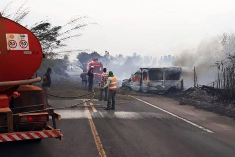 Dois veículos pegaram fogo e as quatro vítimas morreram carbonizadas - Foto: Divulgação