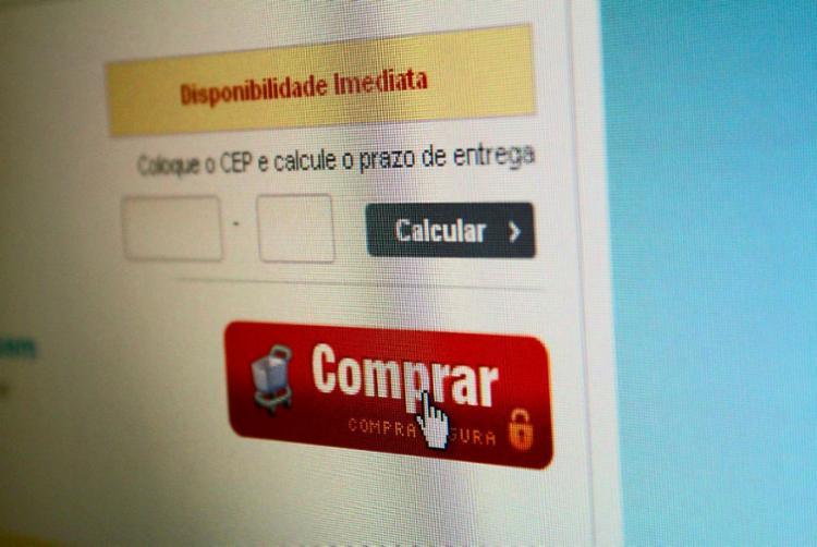 Consumidores das classes C e D começaram a utilizar as lojas online - Foto: Marcos Santos | USP Imagens