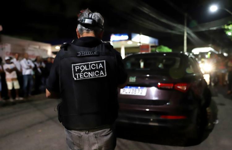 Suspeitos se aproximaram de moto e fizeram vários disparos em pleno trânsito - Foto: Uendel Galter | Ag. A TARDE