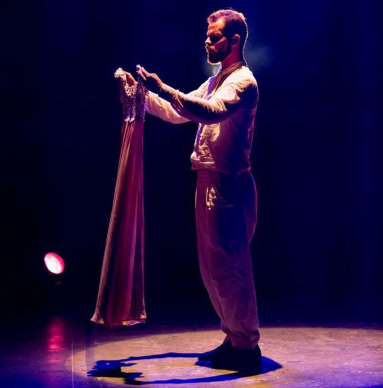 Ator Danilo Cairo representa Matias Deodato no espetáculo - Foto: Divulgação