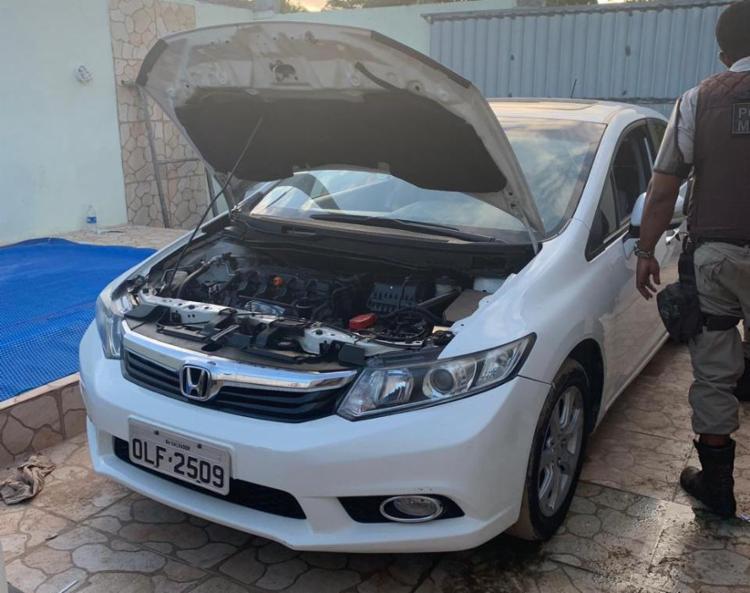 No imóvel, foram encontrados carros e placas - Foto: Divulgação | SSP