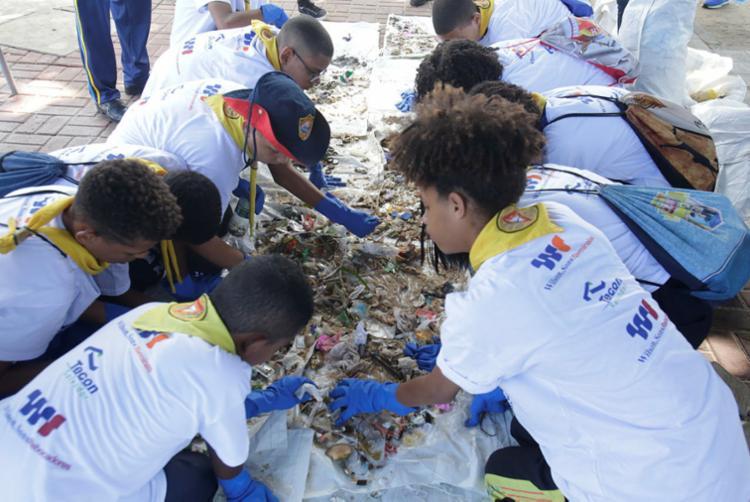 Centenas de voluntários realizaram atividades sociais de limpeza - Foto: Luciano da Matta | Ag. A TARDE