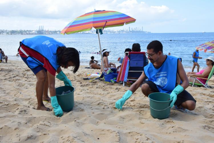 """A ação """"Na onda contra o plástico"""", na Praia de São Domingos, em Ilhéu, acontece no domingo (22). - Foto: Divulgação"""