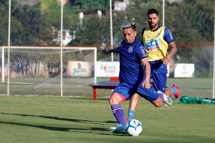 Giovanni, de colete amarelo, se recuperou das dores na coxa e treinou com o restante do grupo - Foto: Felipe Oliveira   EC Bahia