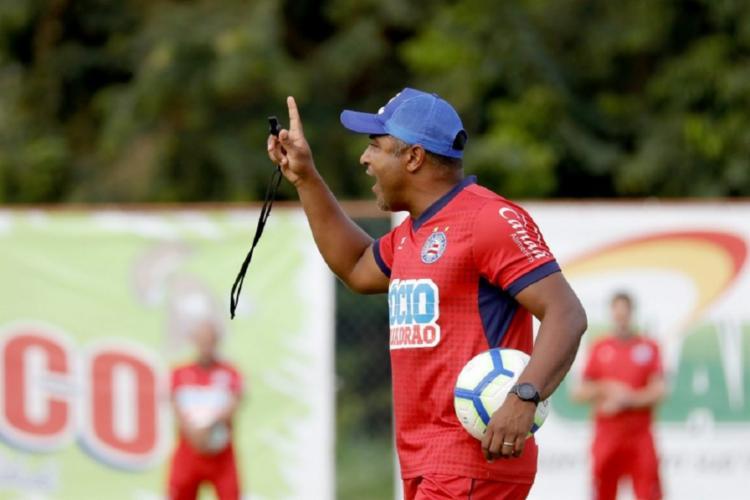 Roger comandou um exercício técnico com foco na troca de passes - Foto: Felipe Oliveira | EC Bahia