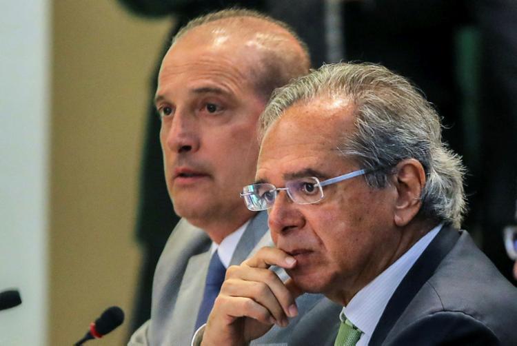 Os ministros Onyx Lorenzoni e Paulo Guedes irão definir valor nesta segunda - Foto: Sérgio Lima | AFP