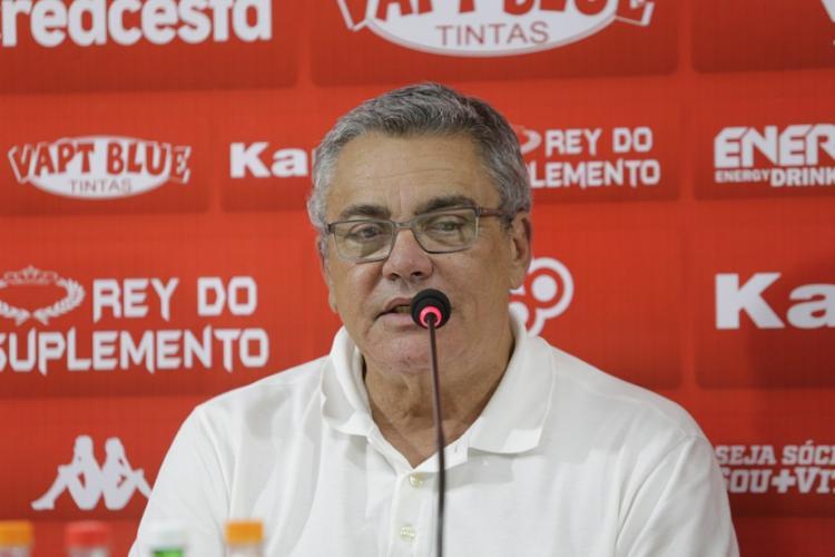 Paulo Carneiro apresentou o novo comandante na sala de imprensa do Barradão