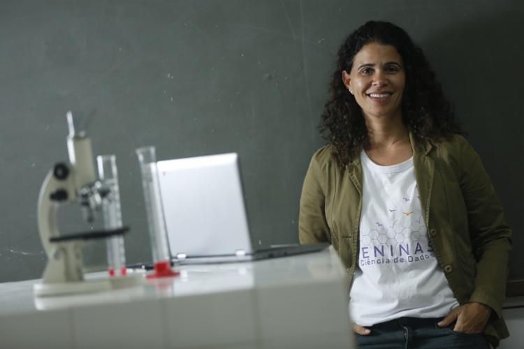 A engenheira química Karla Esquerre criou o projeto para que mais meninas possam se ver como cientistas