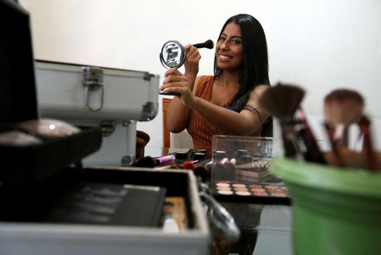 Jady, de 19 anos, criou empresa de maquiagem com seu nome - Foto: Felipe Iruatã   Ag. A TARDE