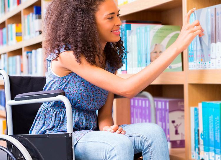 Entre os recursos oferecidos pelo Inep, estão mesa para usuários de cadeira de rodas, prova impressa em braile, entre outros - Foto: Reprodução