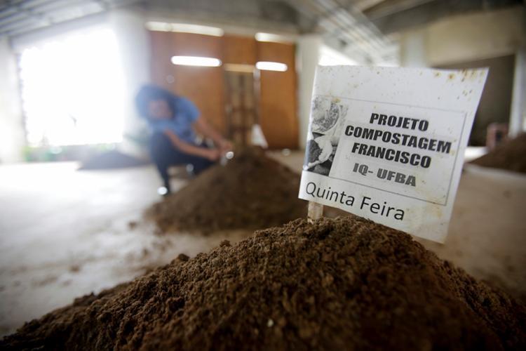 Ufba suspendeu a compra de fertilizantes e usa apenas o adubo produzido pelo grupo - Foto: Raphael Muller | Ag. A TARDE
