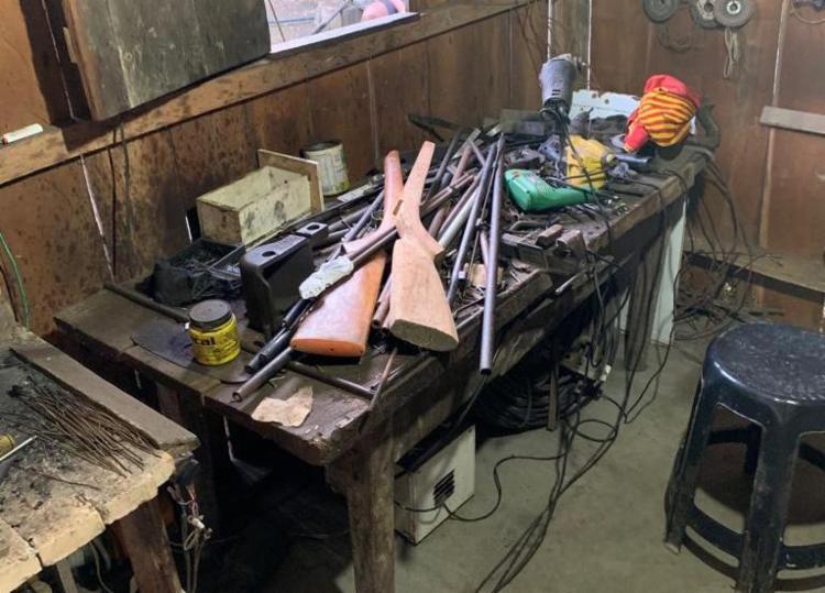 Espingardas e materiais de confecções de armamentos foram apreendidos no local - Foto: Divulgação | SSP
