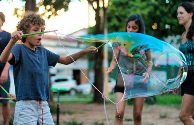Outras atividades, como a prática de yoga e jogo de tabuleiro, devem integrar os pais - Foto: Divulgação | Feira Vegana