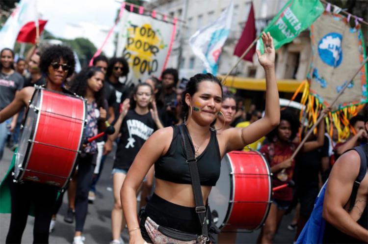 A defesa da educação pública foi uma das bandeiras mais levantadas em toda a caminhada - Foto: Raul Spinassé   Ag. A TARDE