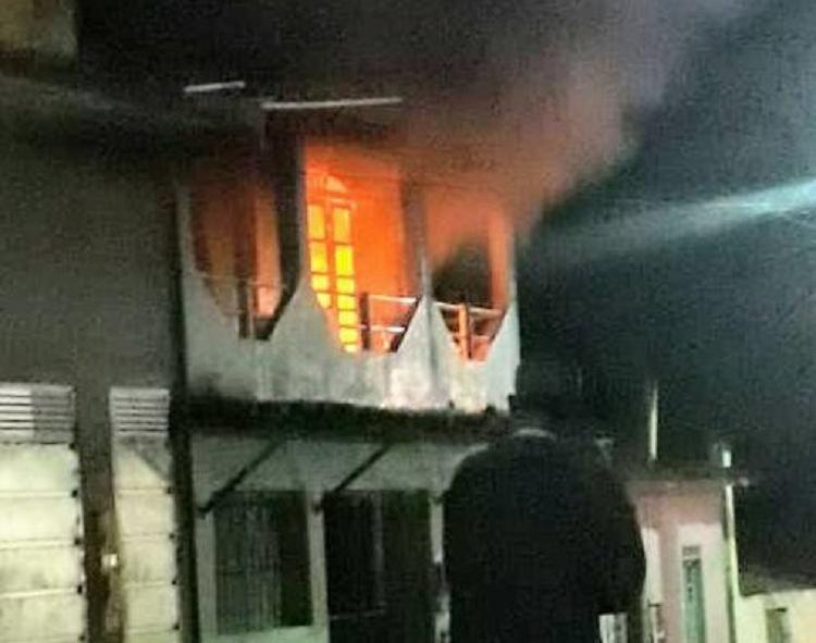 A residência ficou destruída após ter sido tomada pelo fogo - Foto: Reprodução | Sul Bahia 1